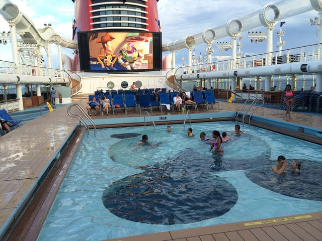 Disney-Cruise-Dream-Swimming-Pool-Children