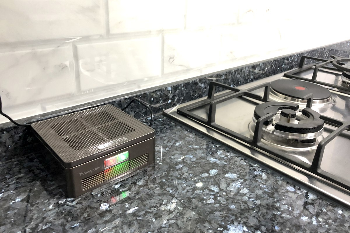 mitsuta-car-air-purifier-mca150-working-at-home-in-the-kitchen