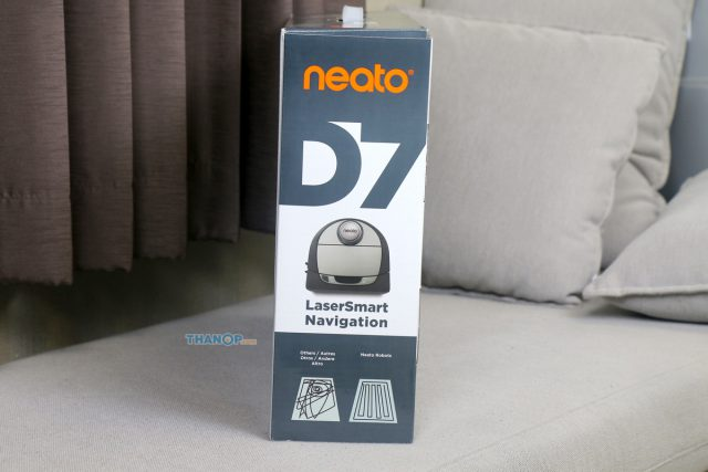Neato Botvac D7 Connected Box Right
