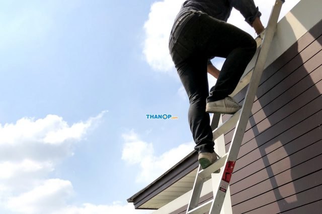 SCG Active AIRflow™ System Technician Climbing Ladder to the Roof