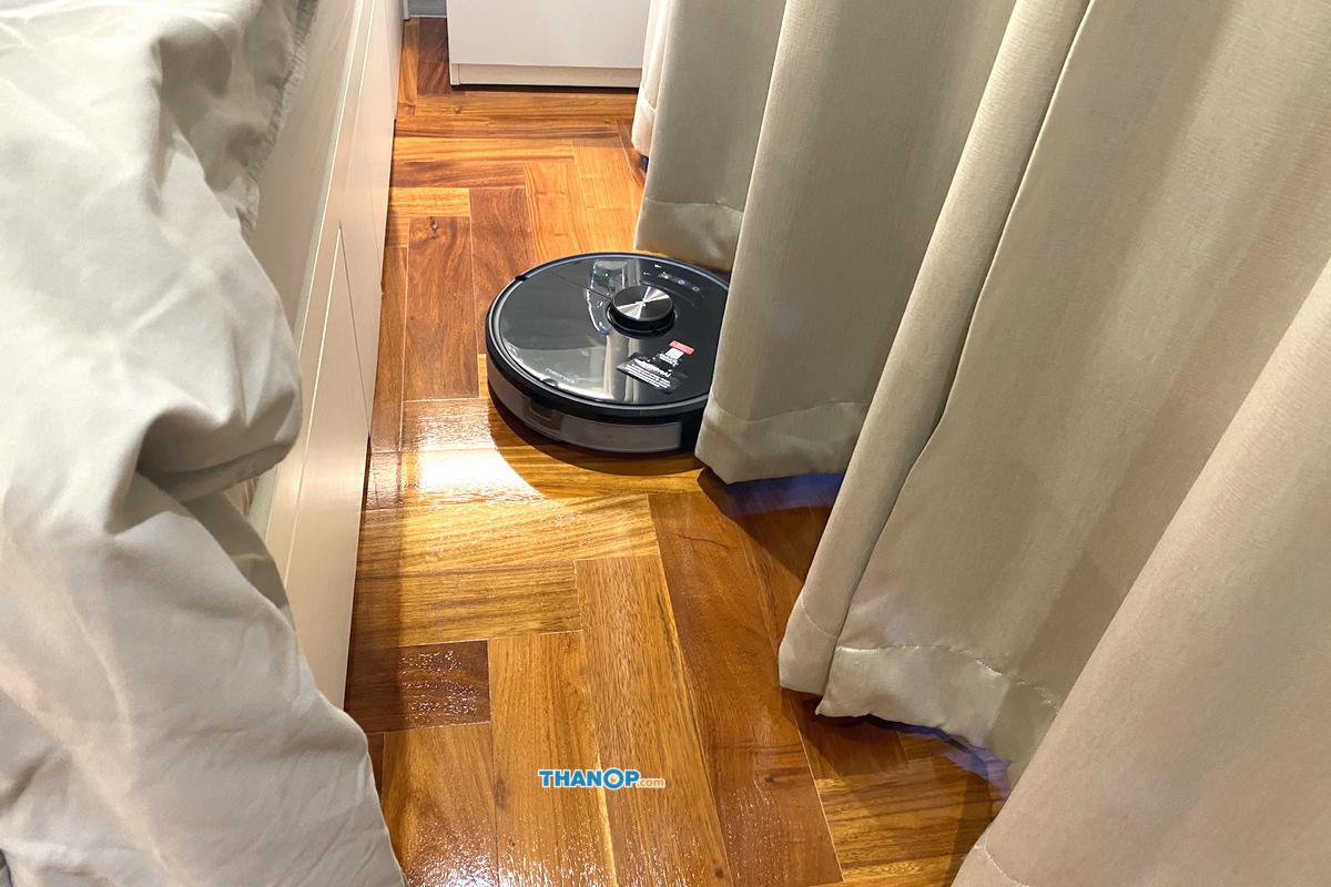Xiaomi Roborock S6 MaxV Working among Pleated Curtain