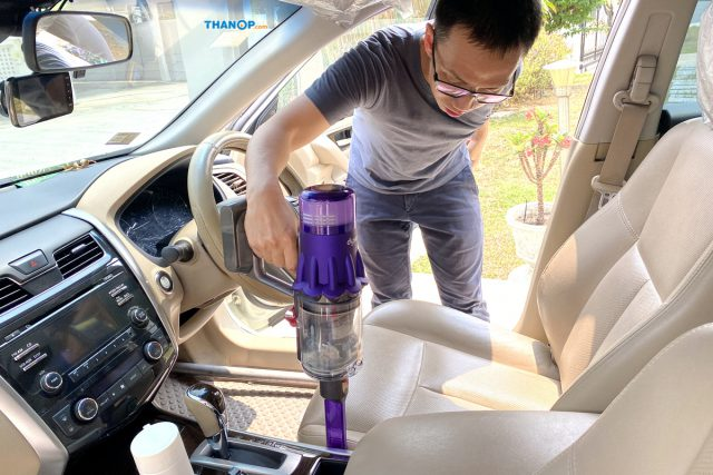 Dyson Digital Slim Cleaning Car Seat Crevice