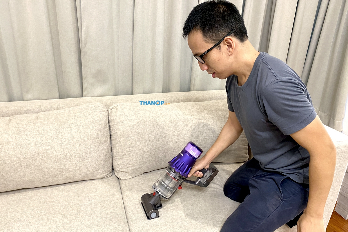 dyson-digital-slim-cleaning-sofa-cushion