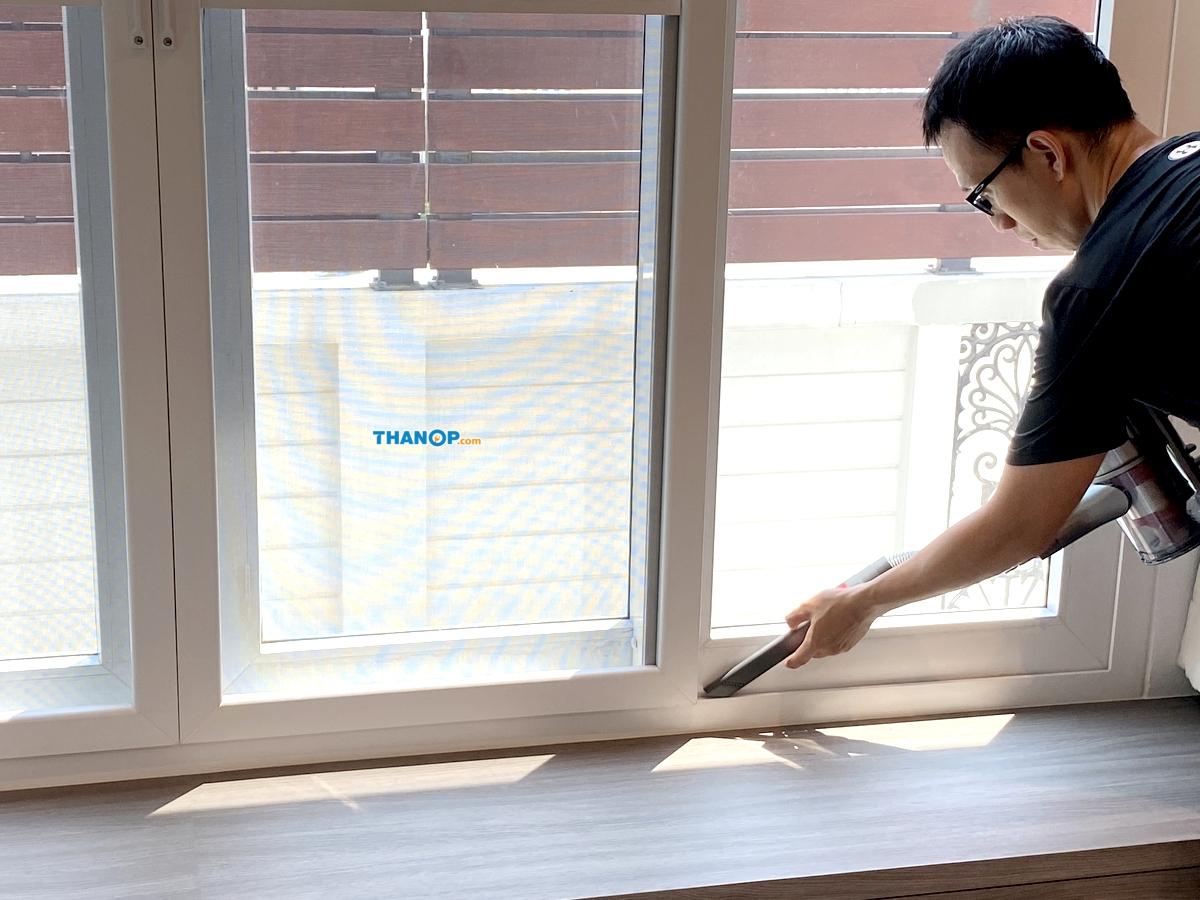 roborock-h6-cleaning-window-groove